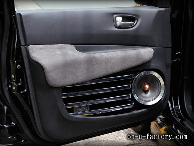日産ウィングロード ドアスピーカーインストール:6.5インチ ロックフォード(角度月・こっち向きスピーカー)ドアトリム加工 アルミリング制作 メッキグリル仕上げ