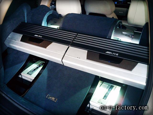 グランドチェロキー ラゲッジインストール: アンプラック(2機) プロセッサーラック (2機) サブウーファーボックス(2発) HID電飾 アルカンターラ&塗装仕上げ